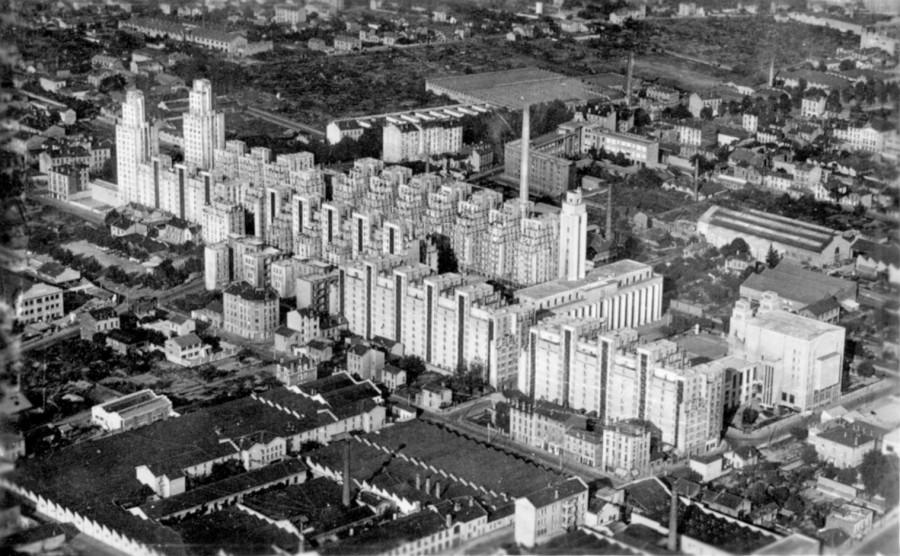vue aérienne des Gratte Ciel], 10 montée du Chemin Neuf, Lyon, Ed. J. Cellard, avant 1949. Carte postale à partir d'une photographie. Archives municipales de Villeurbanne / le Rize, 2 Fi 471.