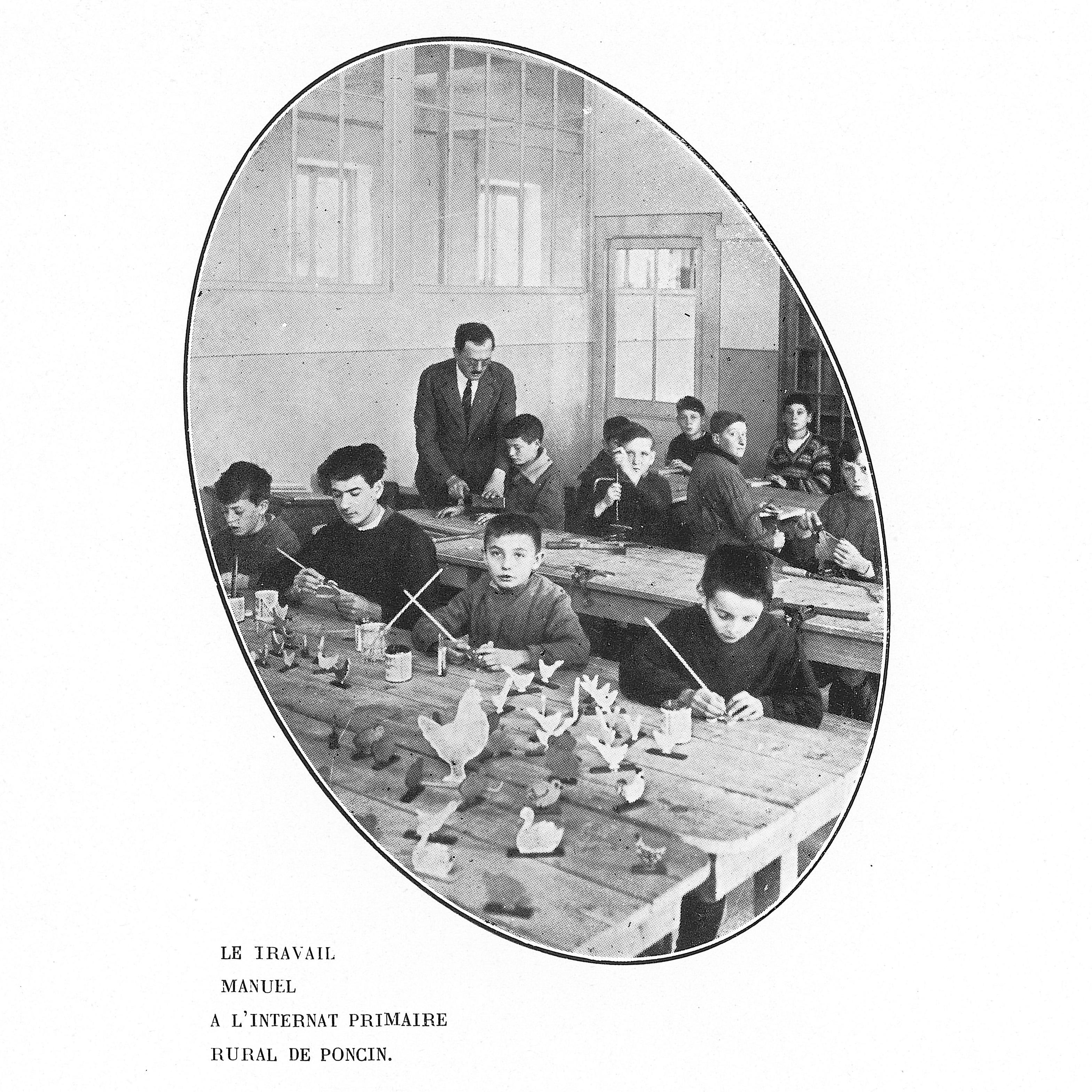 Le travail manuel à l'internat primaire rual de Poncin. Extrait de l'ouvrage Villeurbanne, 1924-1934, ou dix ans d'administrations. Archives municipales de Villeurbanne / Le Rize, 2 C 18.