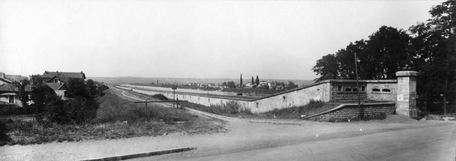 La porte de Cusset, le quartier de Saint-jean, la digue insubmersible. Extrait de l'ouvrage Villeurbanne, 1924-1934, ou dix ans d'administration. Archives municipales de Villeurbanne / Le Rize, 4 Fi 272.