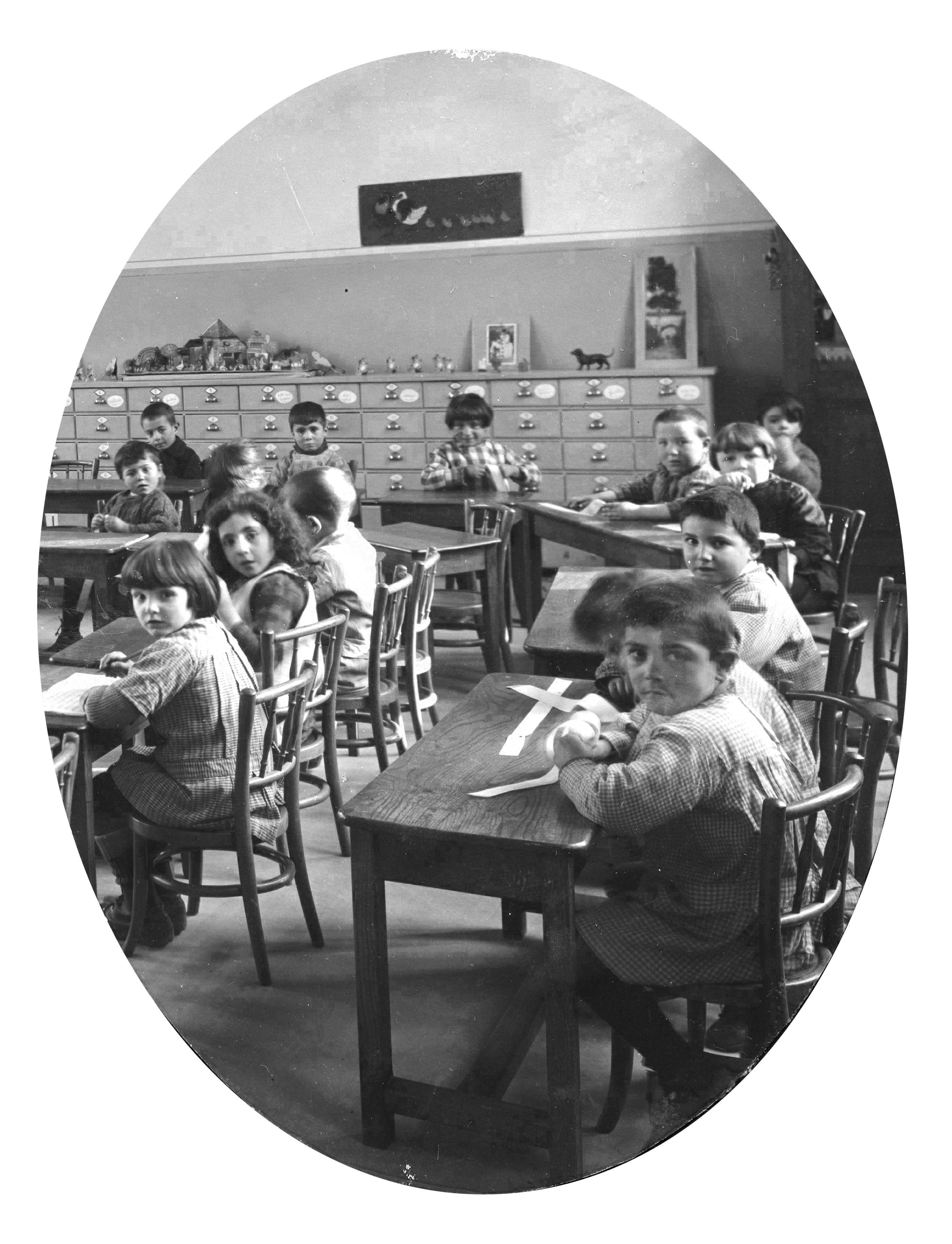Élèves de maternelle dans leur classe, groupe scolaire Cusset. Photographie. Archives municipales de Villeurbanne / Le Rize, 2 Fi 208.