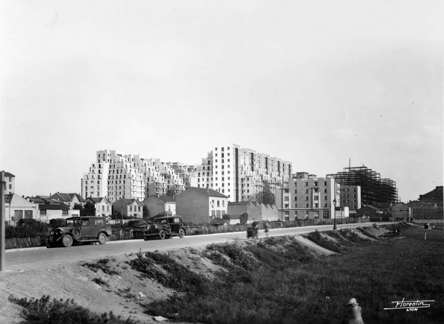 Gratte-Ciel : vue sur les immeubles et la rue Racine depuis le nord-ouest, Florentin [ Auteur ]. Photographie. Archives municipales de Villeurbanne / le Rize, 4 Fi 354.