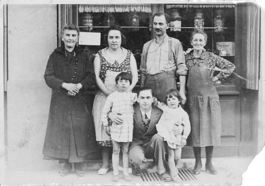 Famille de commerçants vers 1930. Photographie. Archives municipales de Villeurbanne / Le Rize, 19 Fi 456.