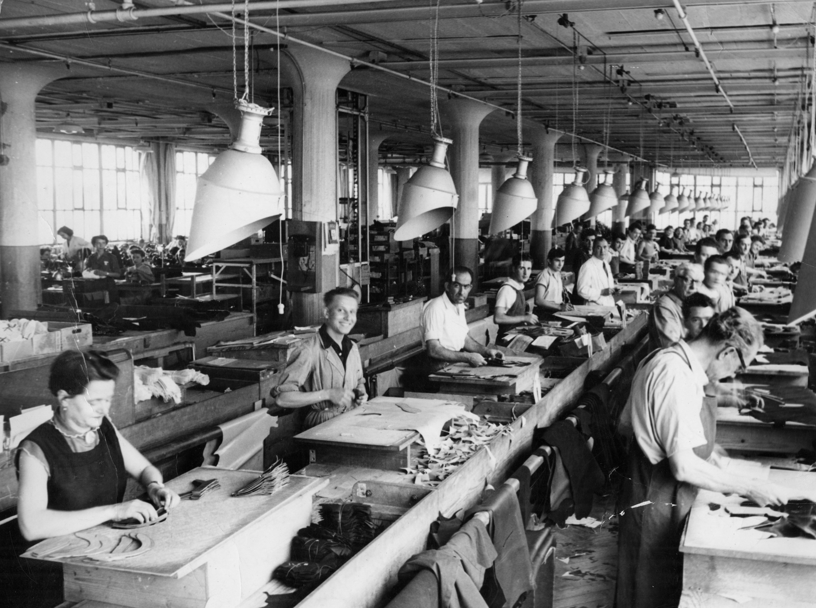 Ouvriers dans l'usine Bally. Photographie. Collection Christophe Coupaud.