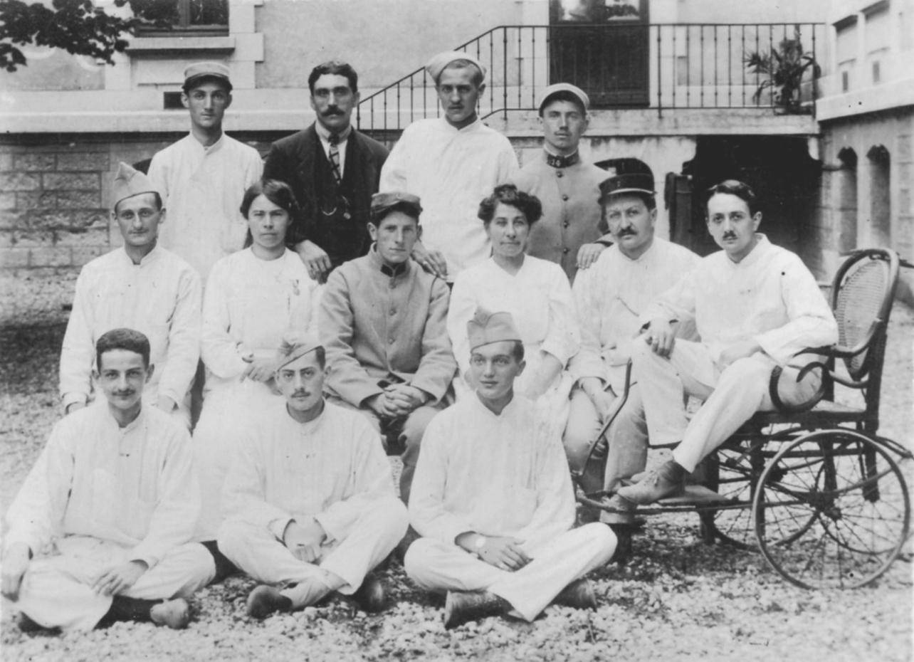 [11patients militaires et 2 femmes (soignantes) à l'hôpital-hospice de Villeurbanne] Charles Javelot [ Auteur ]. Carte postale d'après photographie. Archives municipales de Villeurbanne / Le Rize, 2 Fi 460.
