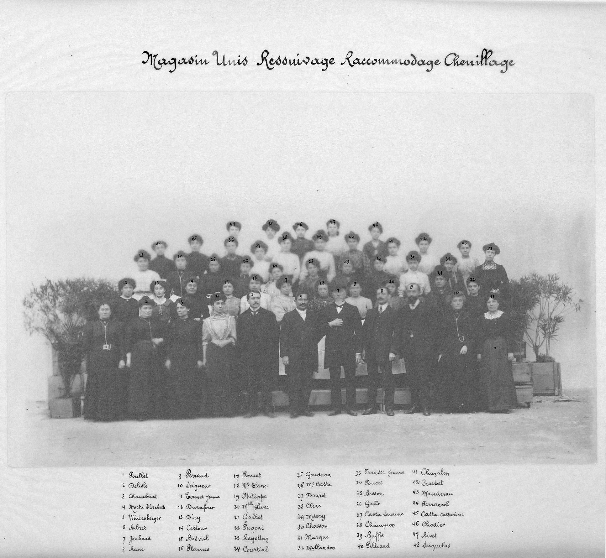 Maison Dognin en 1910, employés et ouvriers du magasin unis, ressuiyage, raccomodage, chenillage. Archives municipales de Villeurbanne / Le Rize, 19 Fi 406.