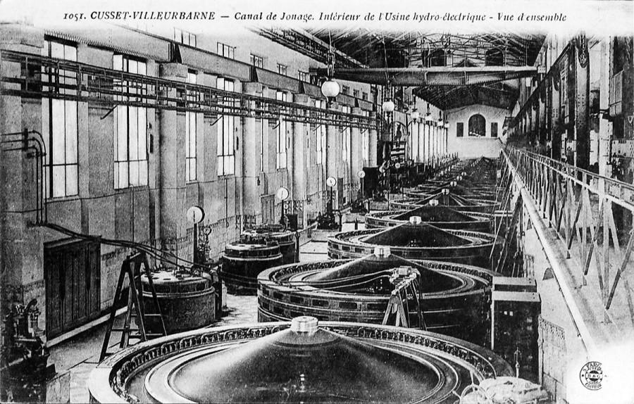 Canal de Jonage - Intérieur de l'usine hydroélectrique. Carte postale d'après photographie, éditions S.Farges,datée de 1919. Archives Municipales de Villeurbanne, le Rize, 2Fi216.