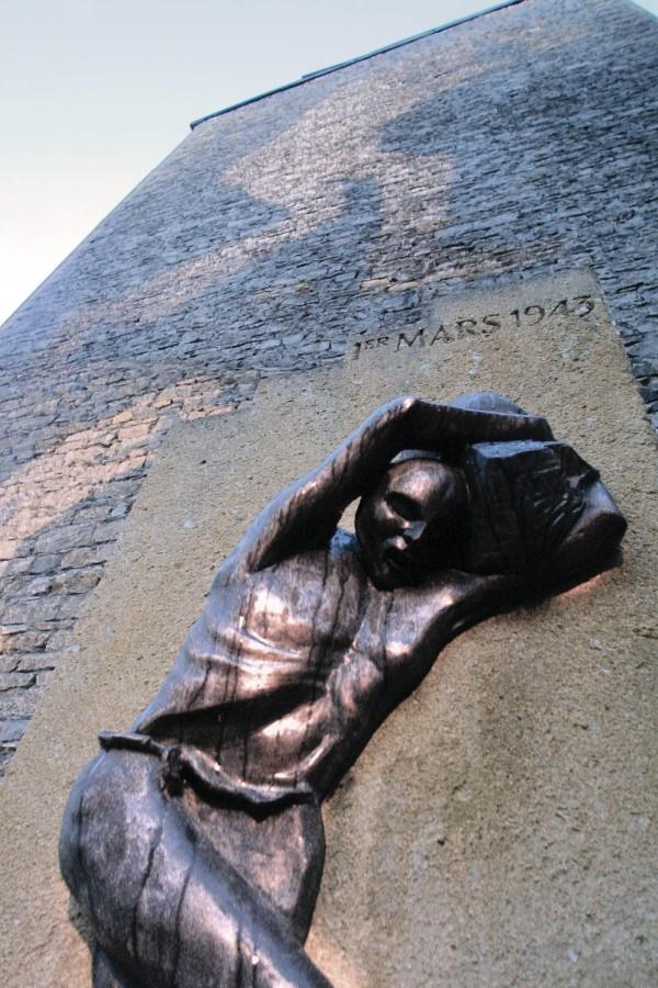 Monument sur le square-du-1er-mars-1943. Photographie Gilles Michalet / Ville de Villeurbanne.