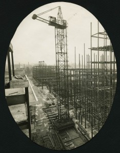 Gratte-Ciel en construction : ossature métallique (ph. Florentin) (4Fi316)