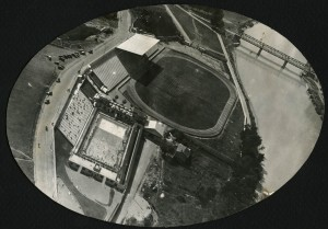Vue aérienne du stade municipal le long du canal de Jonage (juillet 1933) (4Fi157)