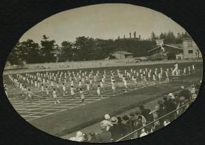 Fête de la jeunesse de 1932 : mouvements d'ensemble au stade municipal (ph. Popineau) (4Fi234)