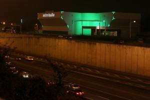 Le bâtiment de l'Astroballe, de nuit, le long du périphérique, photo Michallet