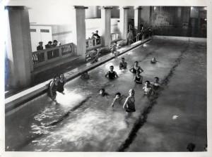 Vue intérieure de la piscine des Gratte-ciel (cote 4Fi436)