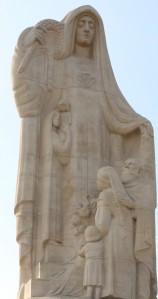 Le monument : zoom sur la partie haute (ph. Hyvert)