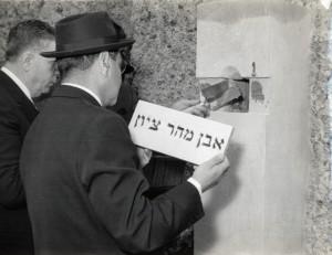 Pose de la première pierre de la synagogue (21 avril 1963) : le président de la communauté de Villeurbanne Maurice KELLER enferme le manuscrit scellé dans la première pierre venue de Sion (photo don Klein)