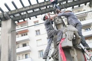 la statue de Salendre est déplacée par la voie des airs en 2006 (photo Michallet)