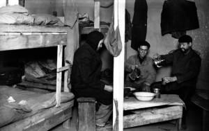 Foyer de travailleurs nord-africains à Firminy,vers 1940-1950 ( Archives municipales de Saint-Etienne, fds Léon Leponce, 5FI 8428)