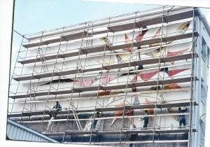 Décor mural en céramique sur lave réalisé par Édouard Chapotat et Félix Massador, en cours de pose (septembre-octobre 1965). Photographie aimablement communiquée par M.Christian Chapotat.