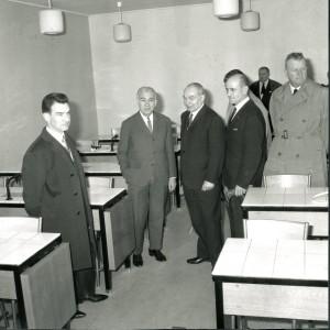 Inauguration du lycée le 17 avril 1966, visite d'une salle de sciences par les personnalités (Étienne Gagnaire, au centre)(19 Fi 332), photo Le Progrès.