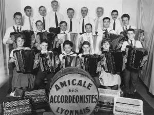 L'amicale des accordéonistes lyonnais, début des années 1960. En haut, au centre, Ermanno. (Coll. C. Cavagnolo)