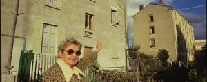 Une habitante de la résidence C. Koechlin en octobre 1986, photo publiée dans Villeurbanne Aujourd'hui, décembre 1986, ph. OVIDE