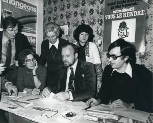 L'équipe de Charles Hernu en campagne, au local du Parti socialiste (décembre 1976) (photo DR) (Archives municipales de Villeurbanne Le Rize 10Fi19)