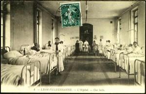 Hôpital-hospice : une salle des malades de l'hôpital, section des femmes, 1909 (carte postale cotée 2Fi141)