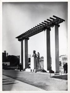 La sculptrice Marie-Louise Simard parachève son oeuvre : le buste d'Albert Thomas, en 1934 (ph. Sylvestre) (4Fi333)