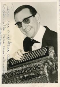 Jacky Mallerey (140 cours Tolstoï) et son accordéon Cavagnolo dans les années 1960 (2Fi546)