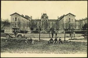 Soldats soignés à l'hôpital-hospice pendant la 1e guerre mondiale (carte postale cotée 2Fi139)