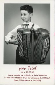 Le lauréat du concours du 10 mai 1958 tenu à Villeurbanne, Jean Trial et son instrument Cavagnolo (cote 2Fi588)
