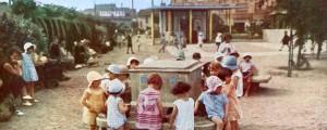 Jardin des Tout-petits, les enfants autour des bacs à sable, 1930 (AMV 4R22)