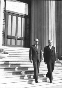 Charles Hernu et Gilbert Chabroux sur les marches de l'hôtel de ville en 1981 (ph. Ville de Villeurbanne)