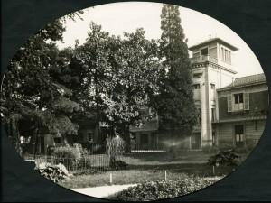 Vue du bâtiment de la pouponnière au fond du parc, 1925, ph. Sylvestre (AMV 4Fi65)