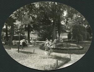 Mères de famille dans le parc, années 1930 (AMV 4Fi283)