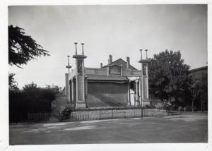 Le théâtre de verdure désaffecté, dans le parc de l'école d'infirmières-visiteuses, années 1930 (ph. Sylvestre AMV 4Fi487)
