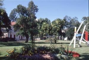 L'espace des-Droits-de-l'Homme avec la maison en arrière-plan et la sculpture de Roche en août 1989 (ph. Schuller, AMV)