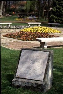La plaque commémorative de la Commune de Paris au sein du Parc en 1996 (ph. Desmazes-AMV)