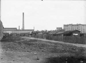 baraques situées, en 1933,175 rue du 4 août, devant les HBM Pierre-Cacard (ph. Sylvestre 4Fi589)