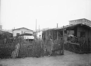habitat précaire rue de France à proximité de l'usine Ballaz (ph. Sylvestre 4Fi517)