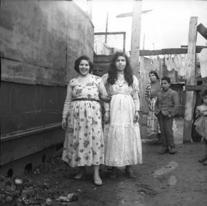 Jeunes habitantes du bidonville des Buers, 1960, photo Marcelle Vallet (bibliothèque municipale de Lyon)
