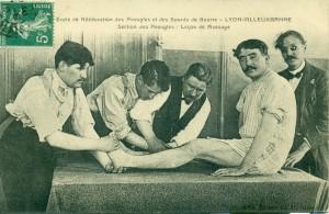 Ecole de rééducation des Aveugles et des Sourds de Guerre Lyon-Villeurbanne, section des aveugles : leçon de massage, 1916, 2Fi484
