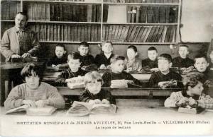 Institution municipale de jeunes aveugles 20 rue Louis Braille : leçon de lecture, 1933, 2Fi500