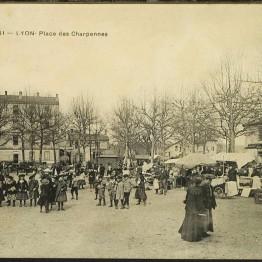 351 Lyon-Place des Charpennes : vue du marché au début du XXème siècle (AMV - 2Fi79).