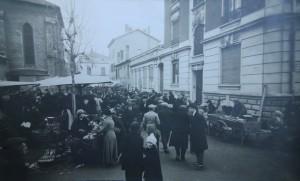 Photographie annexée à la réclamation des Ets Poyet, demandant le rétablissement des conditions d'accès à l'entrée de leur site situé au chevet de l'église, en 1924 (AMV - 4F1).