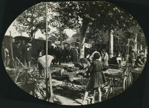 Marché aux puces, place Rivière, début des années 1930 (AMV - 4Fi281).