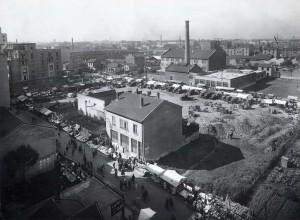 Quartier Gratte-ciel : le marché sur la place du nouveau centre, photographie. AMV 4 Fi 441.