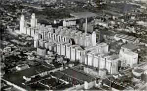 vue aérienne vers 1945 : au premier plan le quadrilatère des usines Dognin (toits en sheds)