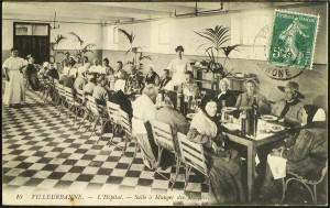 La salle à manger de l'hôpital-hospice (carte postale cotée 2Fi142)
