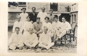 Soldats hospitalisés et personnel soignant à l'hôpital-hospice en 1917
