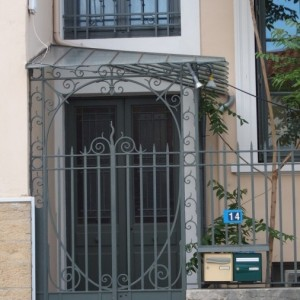 Détail de la petite porte d'entrée et de la marquise